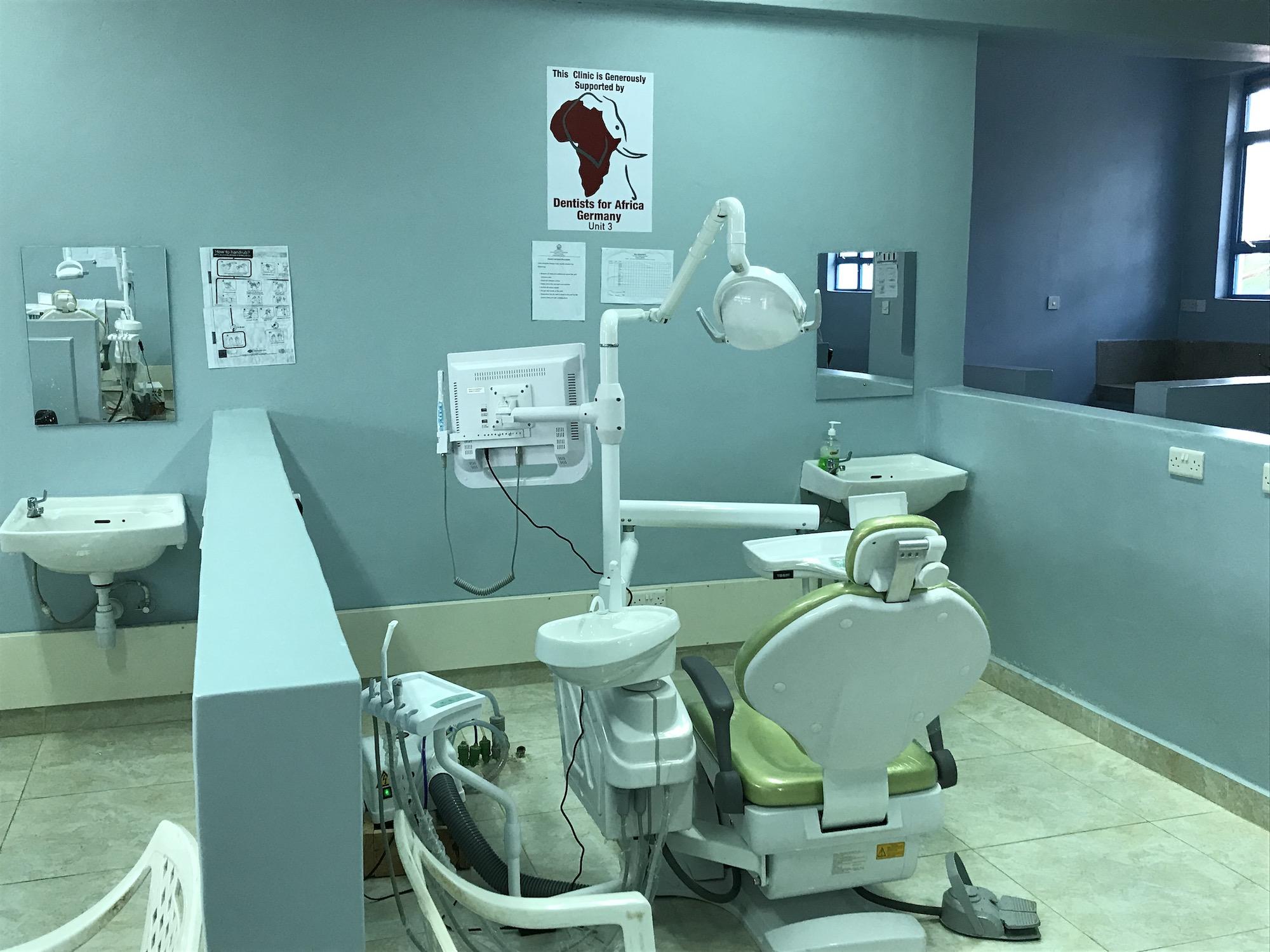 Neuer-Behandlungsstuhl-Universitaet-Eldoret